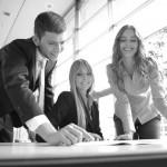 drei business leute besprechen sich